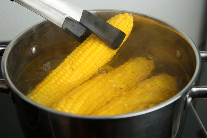 boiling corn on the cob